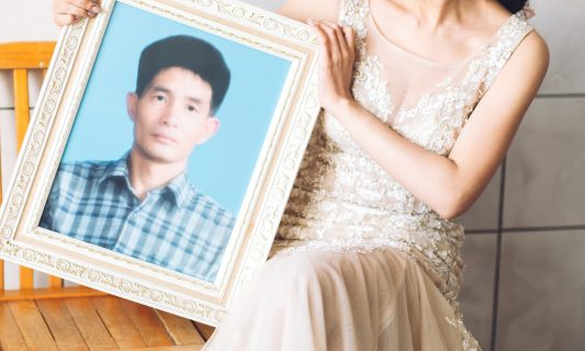 彷彿他在這天跟妳穿起父女裝依舊牽著妳,守護著妳。許久沒有放晴的天空,婚禮這天更加清澈透藍。